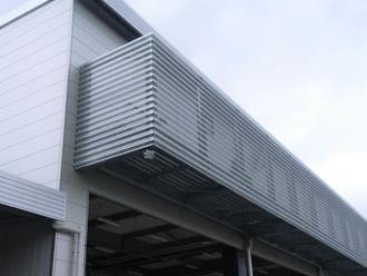 設備バルコニー目隠し壁(有孔折板)