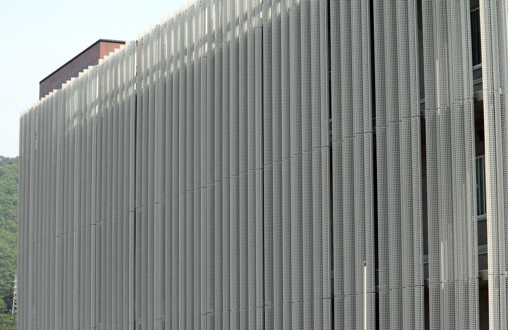 特殊有孔折板(外装化粧パネル)