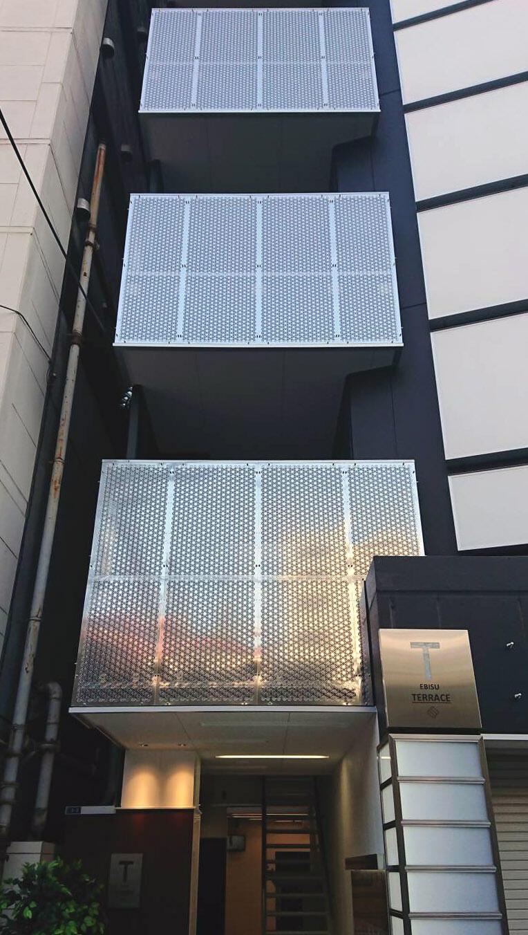 恵比寿テラスビル 階段目隠しアルミグラフィックパンチング