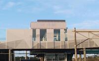 橋上駅舎自由通路の外装グラフィックパンチング